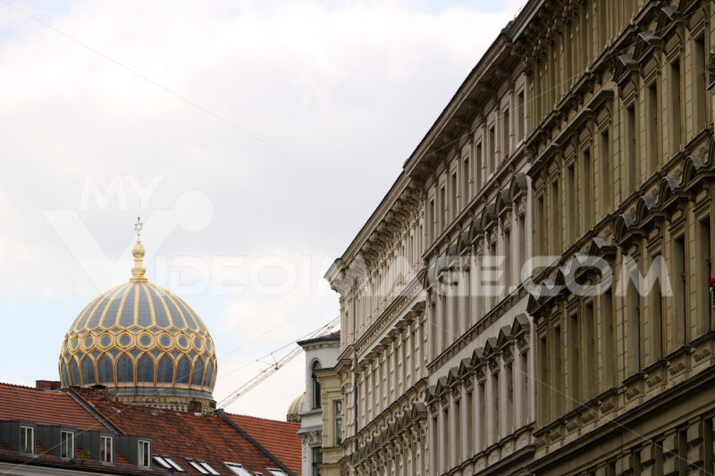 A building in Berlin and the dome of the synagogue - MyVideoimage.com