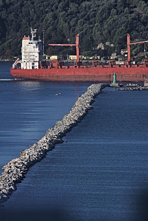 A cargo ship in the Gulf of La Spezia, Liguria. Foto navi. Ships photo.