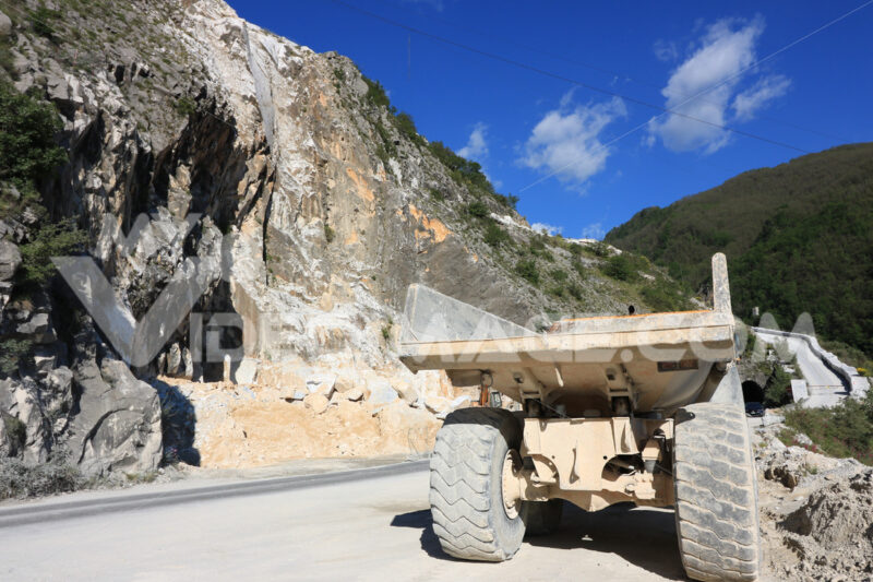 A dumper truck used in a Carrara marble quarry. Large yellow dum - MyVideoimage.com | Foto stock & Video footage