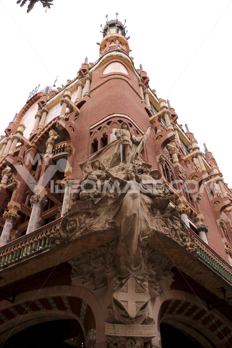 A historic building in the center of barcelona with a facade decorated with sculptures . Barcellona foto. Barcelona photo.