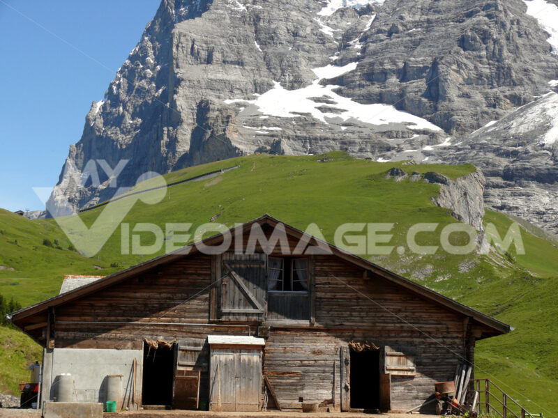A mountain hut and the Swiss Alps in the background. Foto Svizzera. Switzerland photo