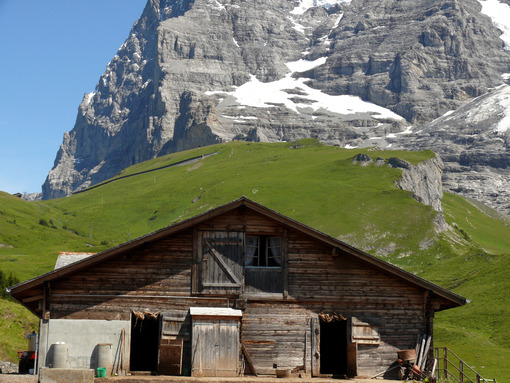 A mountain hut and the Swiss Alps in the background. Foto Svizzera. Switzerland photo