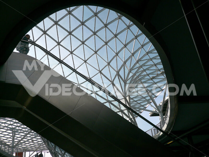 A reticular roof in glass and steel with an escalator. Photo stock royalty free. Milano foto. Città italiane