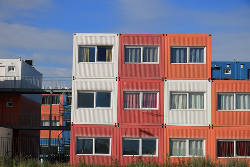 Abitazioni temporanee. Temporary housing in steel containers. Overlapping containers. Photo stock royalty free. - MyVideoimage.com | Foto stock & Video footage