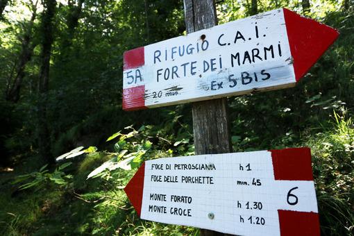 Alpi Apuane, Forte dei Marmi, Lucca, Tuscany, Italy.  Trail signposts. - LEphotoart.com