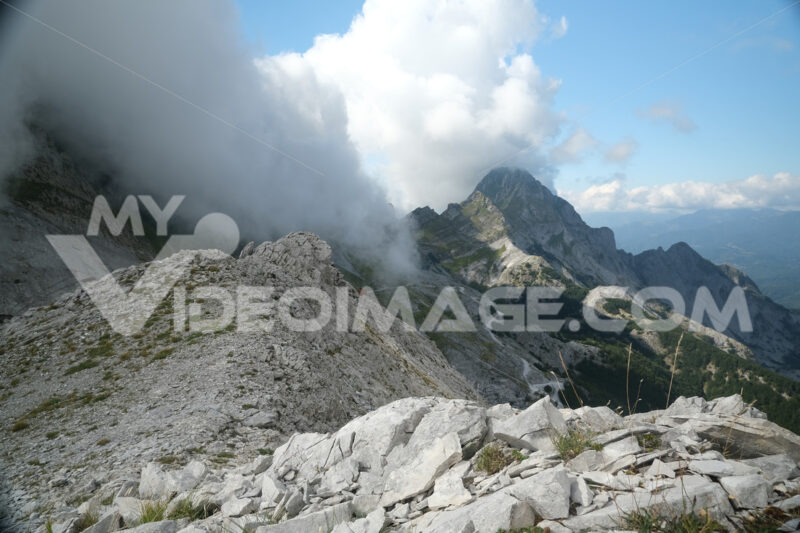 Alpi Apuane. Mountains of the Apuan Alps between Monte Pisanino and Monte Cavallo. Foto stock royalty free. - MyVideoimage.com | Foto stock & Video footage