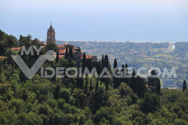 Alta Versilia. Ancient villages perched on the hills. Toscana. - LEphotoart.com
