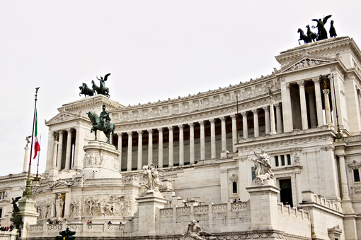 Altar of the Fatherland or Vittoriano in Piazza Venezia in Rome. Large monument with colonnade made of Botticino marble. Città italiane. Italian cities.