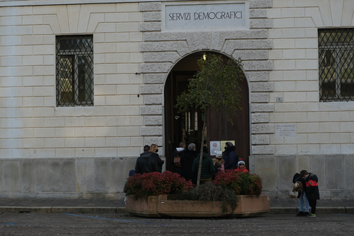 Anagrafe comunale. Entrance to the Town Hall of Busto Arsizio during the period of the Coronavirus Covid19. People are in the queue. - MyVideoimage.com | Foto stock & Video footage