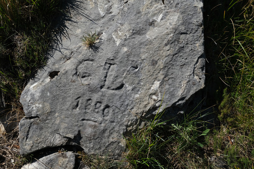 Ancient engraving indicating a path in the Apuan Alps. - MyVideoimage.com | Foto stock & Video footage