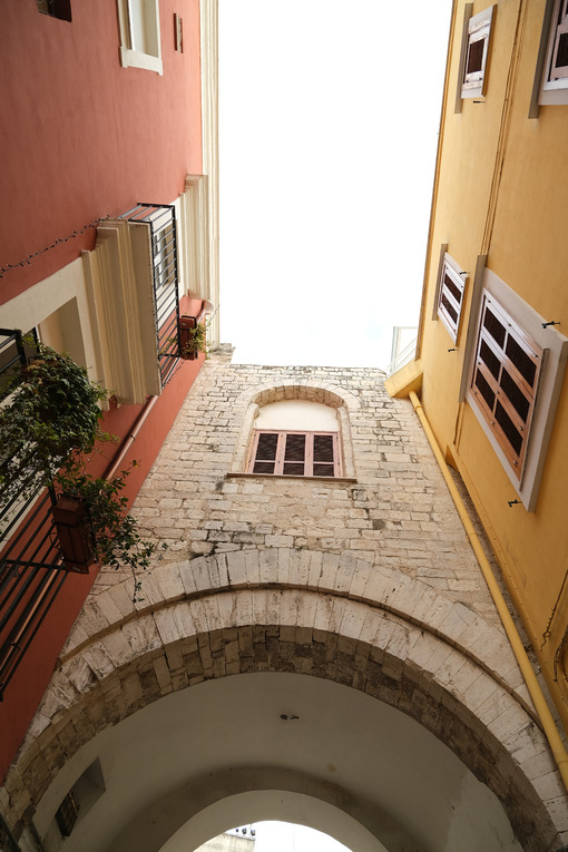 Ancient houses in the alleys of the city of Bari. Vault in an alley. - MyVideoimage.com