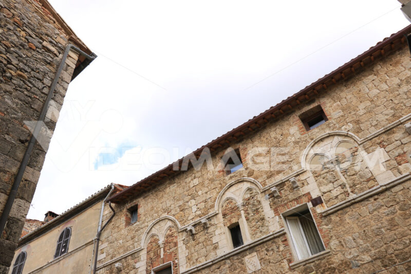 Ancient medieval palace in Magliano in Tuscany. Old stone portal - MyVideoimage.com