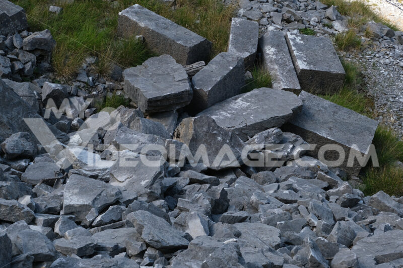 Antichi blocchi di marmo. Abandoned marble blocks in an ancient quarry. - MyVideoimage.com | Foto stock & Video footage