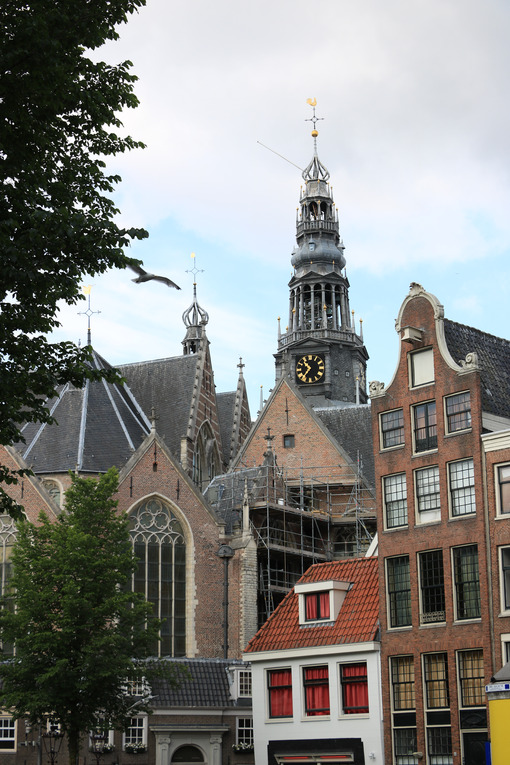Apse of the Old Church (De Oude Kerk).View of the canal and a bo - MyVideoimage.com