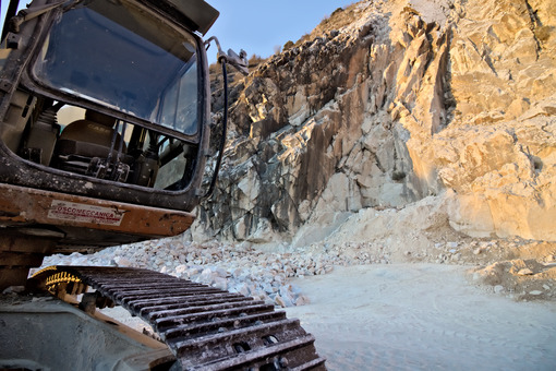 Apuan Alps, Carrara, Tuscany, Italy. March 28, 2019.  An excavator in a quarry of white Carrara marble. Cave marmo. - LEphotoart.com
