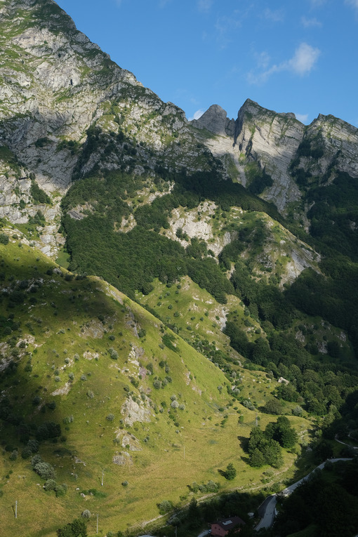 Apuan Alps mountains in Tuscany, green vegetation and blue sky with clouds. - MyVideoimage.com | Foto stock & Video footage