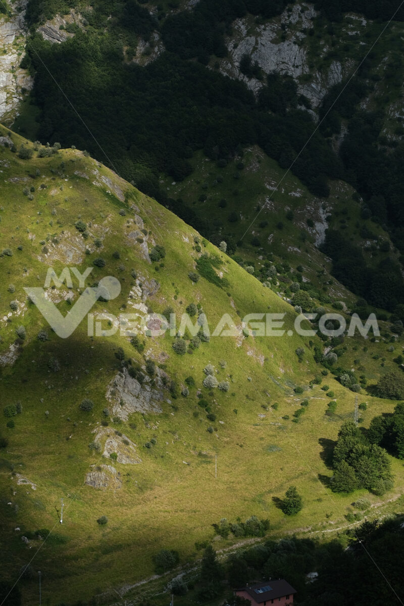 Apuan Alps mountains in Tuscany, green vegetationin the valley. - MyVideoimage.com   Foto stock & Video footage