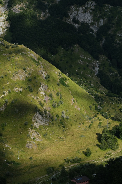 Apuan Alps mountains in Tuscany, green vegetationin the valley. - MyVideoimage.com | Foto stock & Video footage