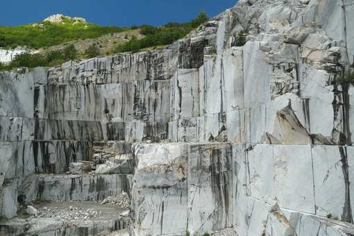 Apuan marble quarry. Wall of a white marble quarry under the mountain. Stock photos. - MyVideoimage.com | Foto stock & Video footage