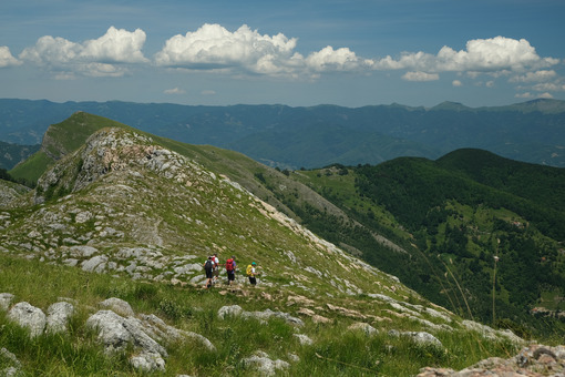 Apuane trekking. Hikers in the mountains of the Apuan Alps. Stock photos. - MyVideoimage.com | Foto stock & Video footage