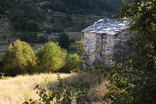 Apuane village. Garfagnana, Campocatino, Apuan Alps, Lucca, Tuscany. Italy. Small house in stone and white marble stones - MyVideoimage.com | Foto stock & Video footage