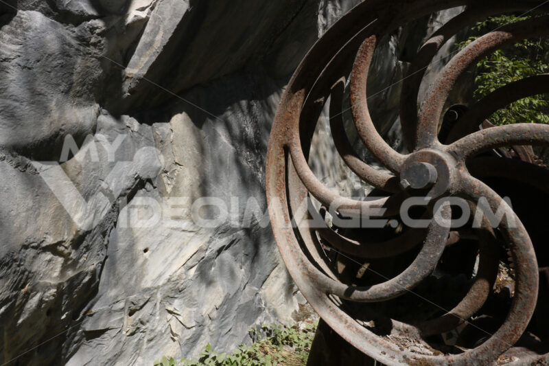 Argano per cavi in acciaio. Steel gears of an old winch used for steel cables in a marble quarry in the Apuane Alps. - MyVideoimage.com | Foto stock & Video footage