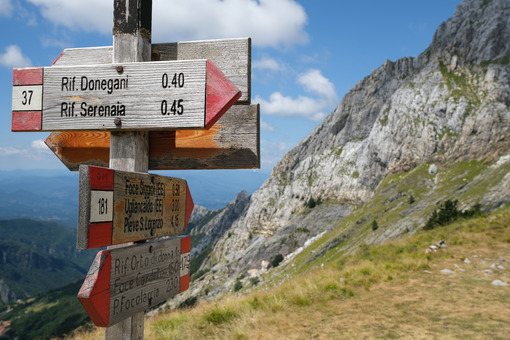 Arrows on the trail. Arrows on a pole indicating the mountain paths of the Apuan Alps. Stock photos. - MyVideoimage.com | Foto stock & Video footage