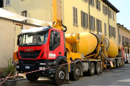 Autobetoniera in cantiere edile. Truck mixer and concrete pump. Foto stock royalty free. - MyVideoimage.com | Foto stock & Video footage
