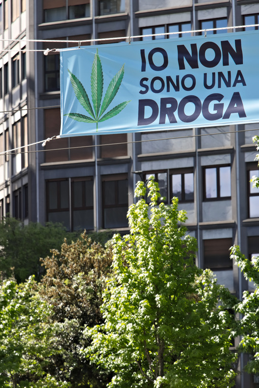Banner in favor of Marijuana exhibited in Milan. - MyVideoimage.com