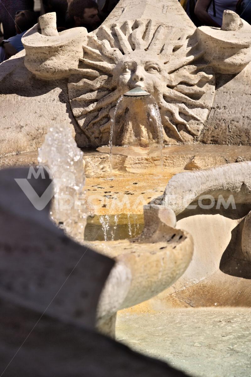 Barcaccia Fountain in Piazza di Spagna in Rome. Roma foto. - LEphotoart.com