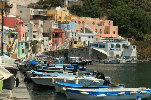 Barche ancorate. Boats anchored in the port of Corricella on the Island of Procid - MyVideoimage.com | Foto stock & Video footage