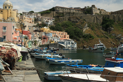 Barche in porto. Boats anchored in the port of Corricella on the Island of Procid - MyVideoimage.com | Foto stock & Video footage