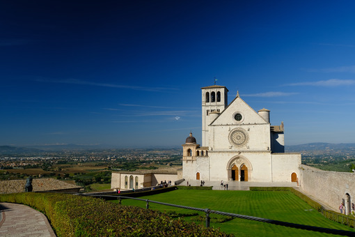 Basilica of San Francesco with the lawn with green grass in front and the blue sky. Photo stock - LEphotoart.com