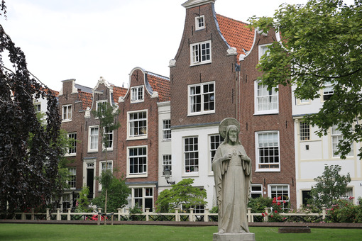 Begijnhof, the courtyard of the Beguines. In the city center a n - MyVideoimage.com