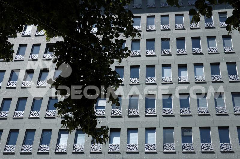 Berlin. 06/14/2018. A facade of a contemporary building. Floral. Foto Berlino.