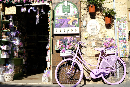Bicycle painted purple with flowers in a souvenir shop in Assisi. - LEphotoart.com