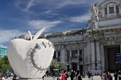Big apple at Milan central station. Work by Michelangelo Pistoletto. Milano foto. - MyVideoimage.com