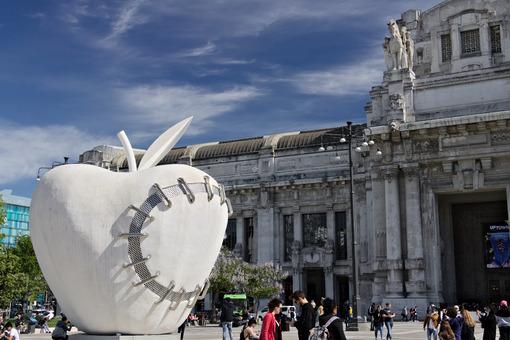 Big apple at Milan central station. Work by Michelangelo Pistoletto. Milano foto. - MyVideoimage.com