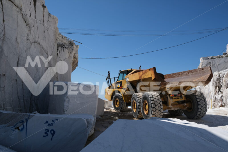 Big truck. Big yellow truck in a white marble quarry in the Apuan Alps. - MyVideoimage.com | Foto stock & Video footage