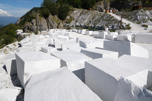 Blocchi di marmo di Carrara. Blocks of white Carrara marble deposited in a square near the quarries. Foto stock royalty free. - MyVideoimage.com | Foto stock & Video footage