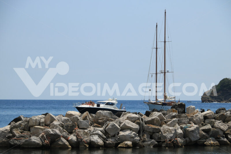 Boat moored in Procida. Boats moored outside the harbor dam. In the background the Medit - MyVideoimage.com | Foto stock & Video footage