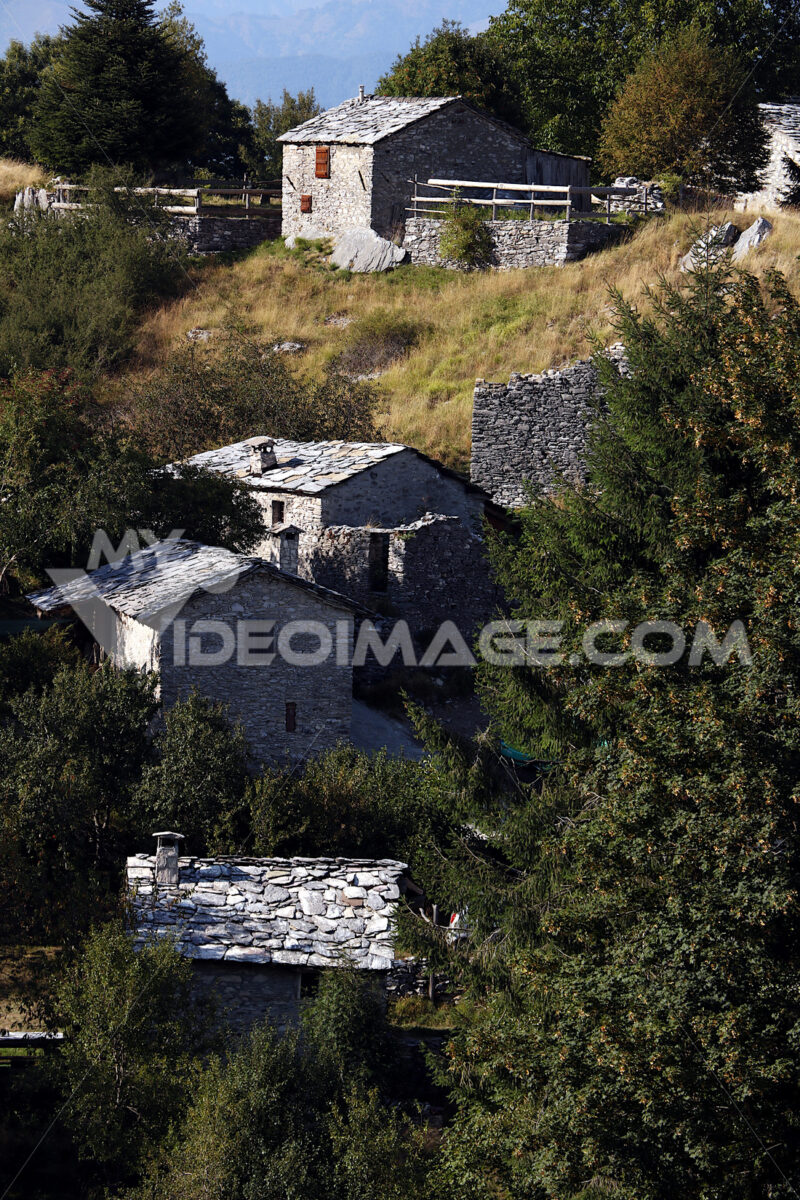 Borgo in pietra. Campocatino Garfagnana, Campocatino, Apuan Alps, Lucca, Tuscany. Italy. Fairytale landscape with white stone houses. - MyVideoimage.com | Foto stock & Video footage