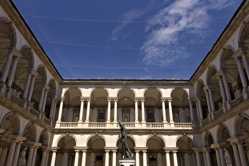 Brera Academy in Milan. Courtyard with arcade and columns. Around it is a portico with columns and in the center the statue of Napoleon. Milano foto. Città italiane. Italian cities.