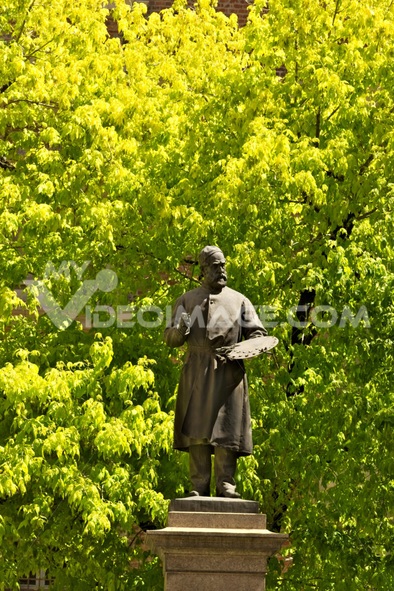 Brera Academy in Milan. The bronze statue placed outside the bui - MyVideoimage.com