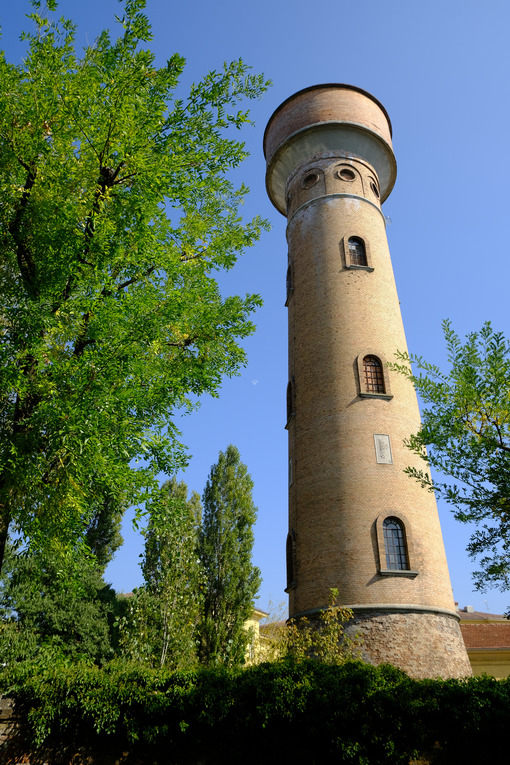Brick tower. Cylindrical brick tower soars into the blue sky. Stock photos. - MyVideoimage.com | Foto stock & Video footage