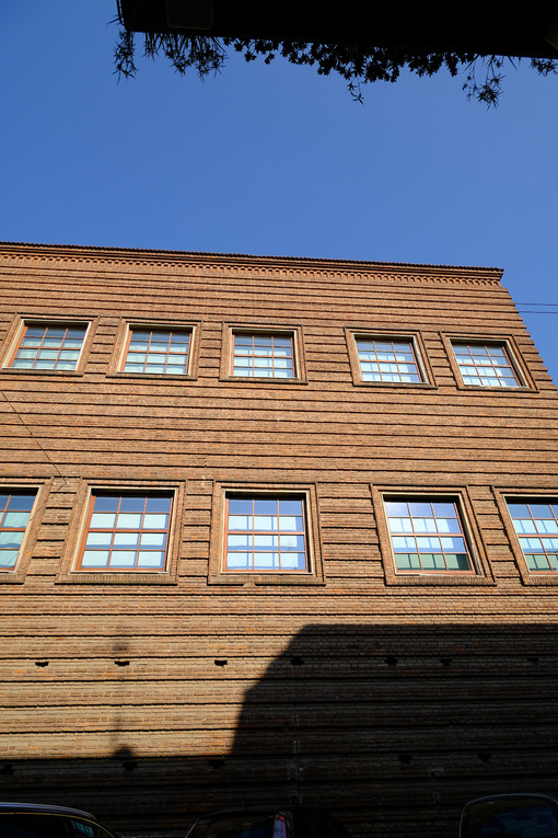 Brick wall of a museum. - MyVideoimage.com | Foto stock & Video footage