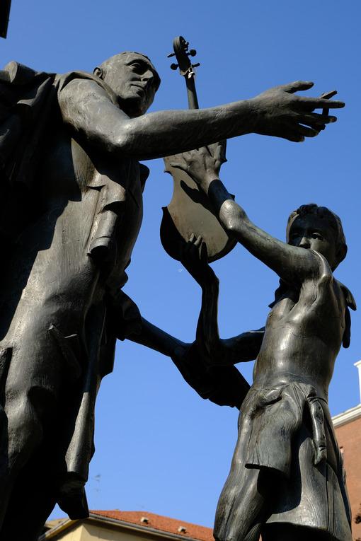 Bronze statue of Antonio Stradivari. - MyVideoimage.com | Foto stock & Video footage