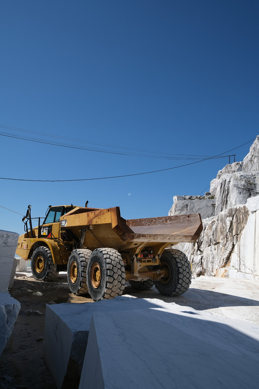 Camion giallo. Big yellow truck in a white marble quarry in the Apuan Alps. - MyVideoimage.com | Foto stock & Video footage