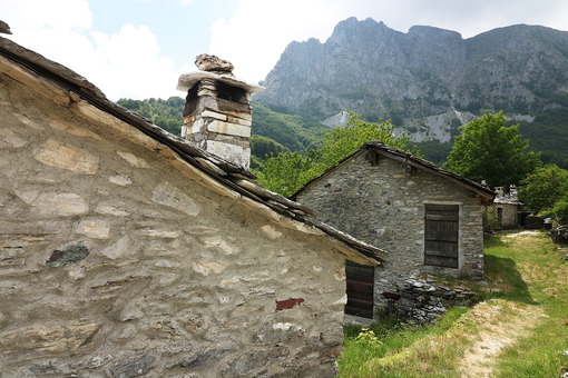 Campocatino Garfagnana. Houses in stone and white marble stones. Garfagnana, Campocatino, Apuan Alps, Lucca, Tuscany. Italy. - MyVideoimage.com | Foto stock & Video footage
