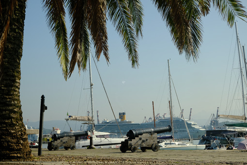 Cannons on the pier and boats at anchor. - MyVideoimage.com | Foto stock & Video footage